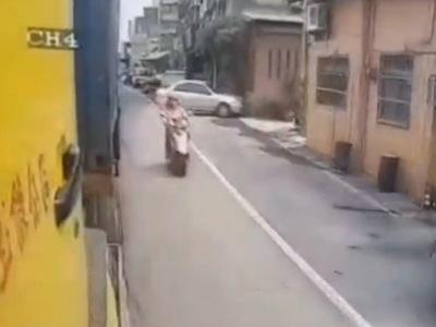 【閲覧注意】大型トラックの横をすり抜けしようとした原付、トラップにより死亡・・・(動画あり)