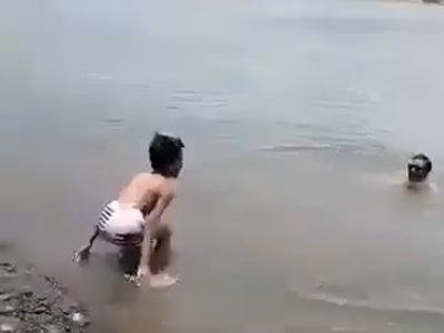 【閲覧注意】家族と川で遊んでいた子供、一生モノのトラウマ体験をしてしまう・・(動画あり)