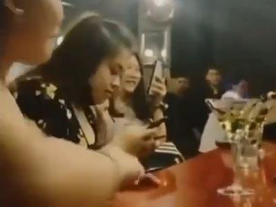 """【衝撃】バーにて女さん、映えるはずが """"ホカホカ"""" になってしまうwwwwwww"""